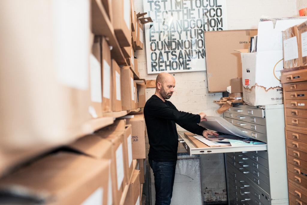 Två trappor ner i byggnaden på Åsögatan huserar Henrik Nygrens arkiv i ett gammalt skyddsrum. Här finns många av de jobb som tagits fram under åren sparade. Foto: Jimmy Eriksson.