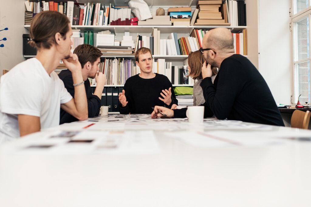 Stora delar av Henrik Nygren Design. Från vänster: Oskar Key, Albin Ekman, Simon Wallhult, Pernilla Forsberg och Henrik Nygren. Foto: Jimmy Eriksson.