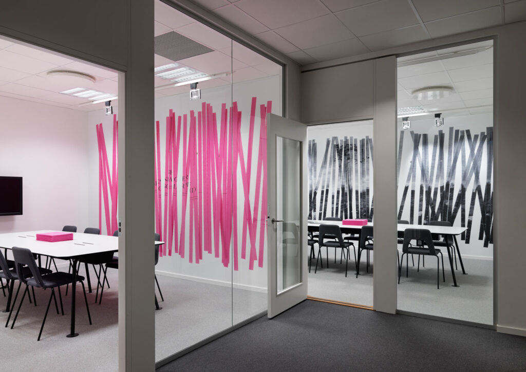 Under en tid har Henrik Nygren Design gjort publikationer åt tryckeriet TMG Sthlm. I samband med dem har också företagets konferensrum fått ett uttryck som är kopplat till det aktuella temat. Foto: Patrik Lindell.