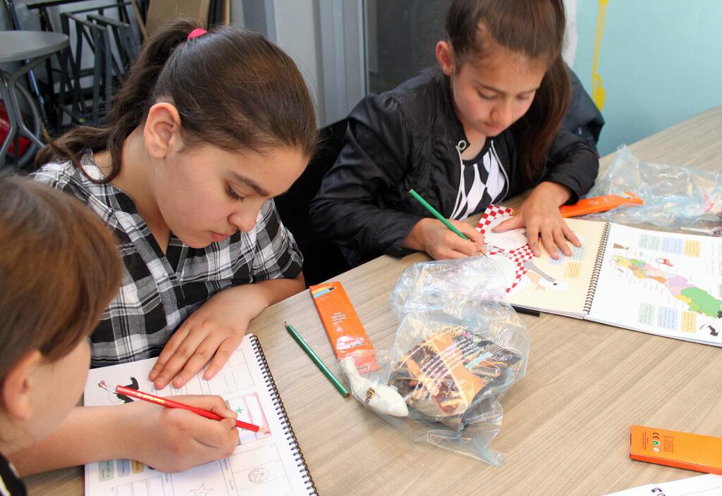 Nala Diab, 12 år, till vänster och Lina Al Mahmoud, 12 år, till höger, på Rosa Stationen, Dieselverkstaden 11 maj. Fotograf: Emilie Bergman