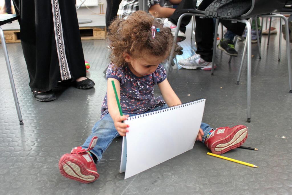 Lamar Al Mahmoud, 2 år, pysslar på Rosa Stationen, Dieselverkstaden 11 maj. Fotograf: Emilie Bergman