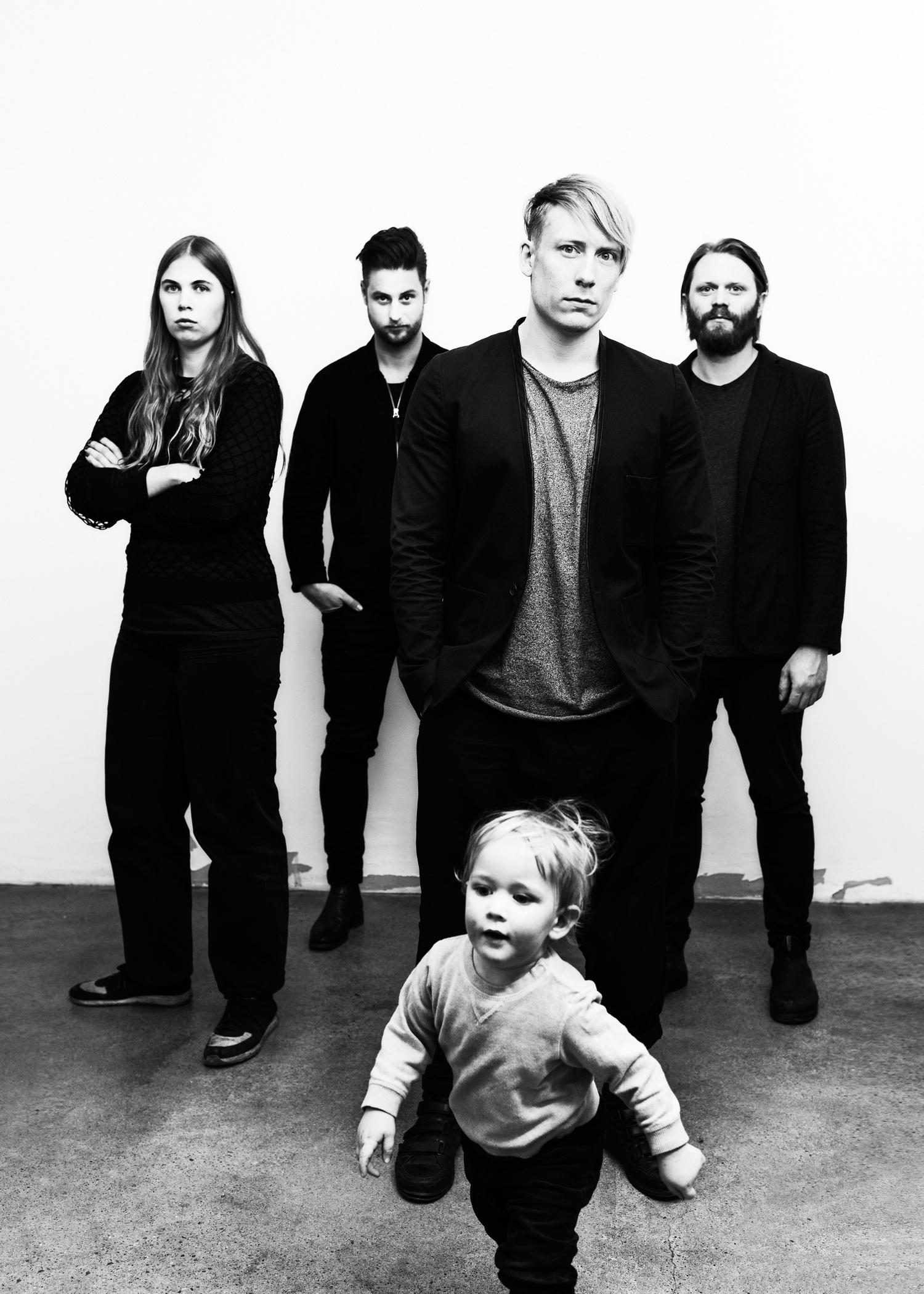 Från vänster: Annefrid Lundgren (grafisk formgivare, Leon&Chris), Joakim Skoglund, Leon Martinsen och Christoffer Höring. I förgrunden syns Alve. Foto: Jimmy Eriksson