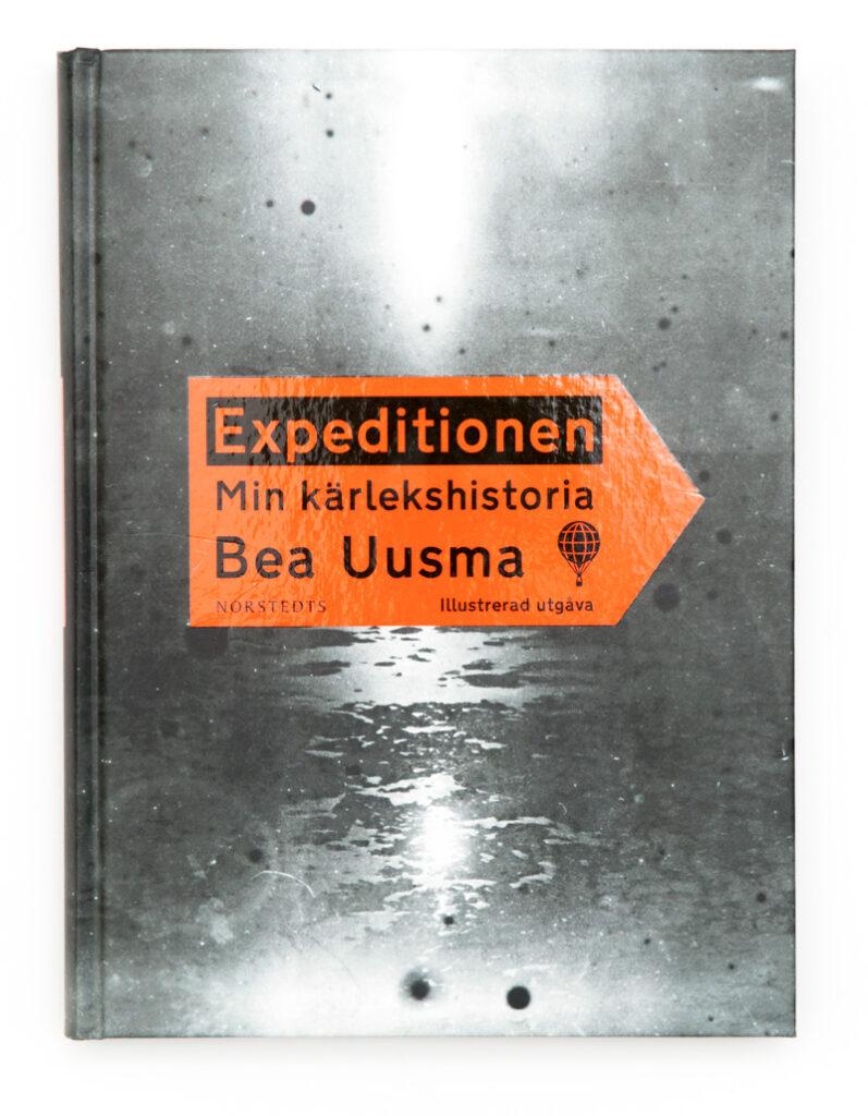 Form för Bea Uusmas bok Expeditionen: min kärlekshistoria, som vann Augustpriset 2013.