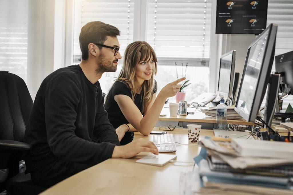 Integration är en viktig del i arbetet. Tillsammans med utvecklingsavdelningen sitter därför också redaktörer och analytiker.