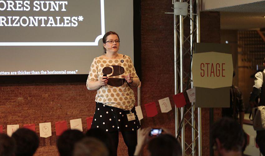 Typo Labs-handledaren Nina Stoessinger, här på scenen på Typo Berlin 2015; Nina är en typsnittsdesigner och utvecklare, som bor i Haag.