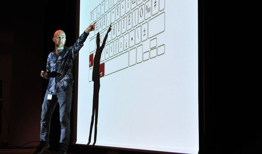 Typo Labs-handledaren Yves Peters, här på scenen på Typo Berlin 2015; Yves är en typsnittsexpert med 30 års erfarenhet, författare och tekniker.