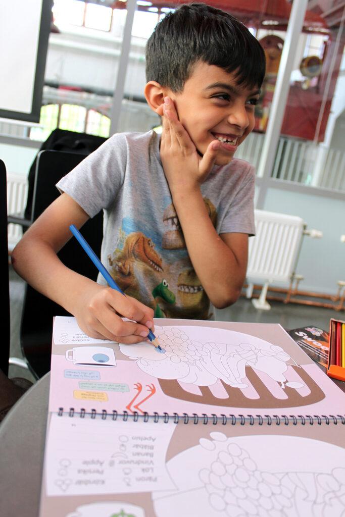 Yaser Husin, 7 år, Rosa Stationen, Dieselverkstaden 11 maj. Fotograf: Emilie Bergman.