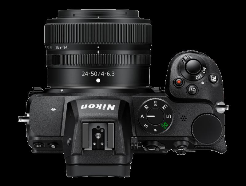 Nikon Z5 med Nikkor Z 24–50 f/4–6,3. Programvredet har tagit plats till höger om sökaren. Foto: Pressbild.