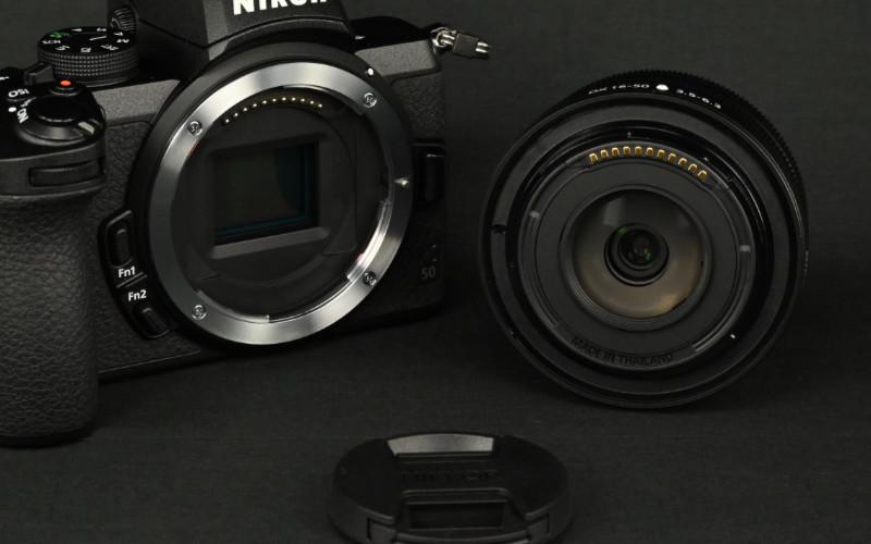 Nikon Z objektivfattning tar alla objektiv i Z-serien, oavsett format på sensorn. Här Nikon Z50 kamerahus och kitobjektivet Nikkor Z DX 16–50. Foto: Lamin Kivelä.