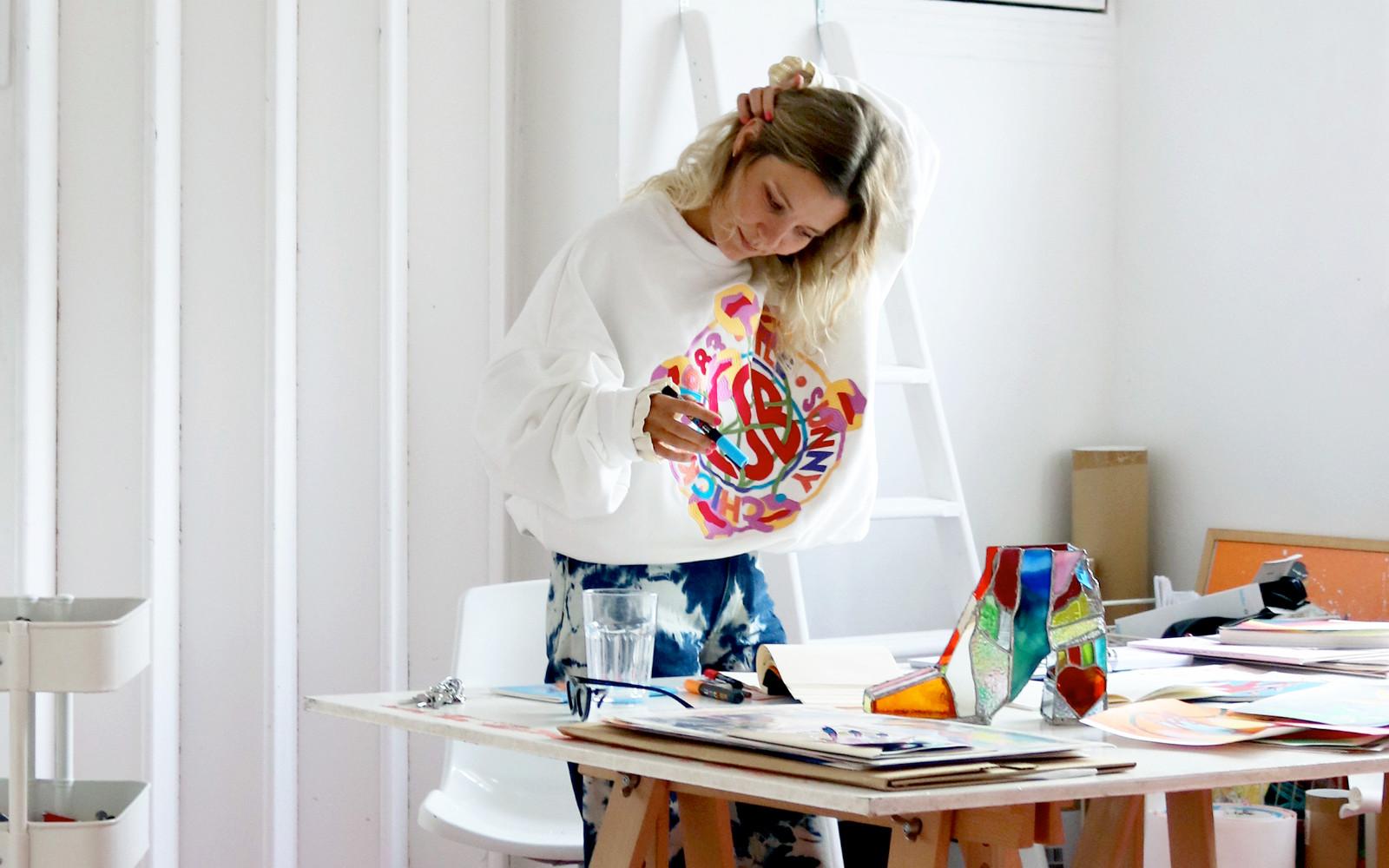 Annu Kilpeläinen i studion. Foto: Privat.