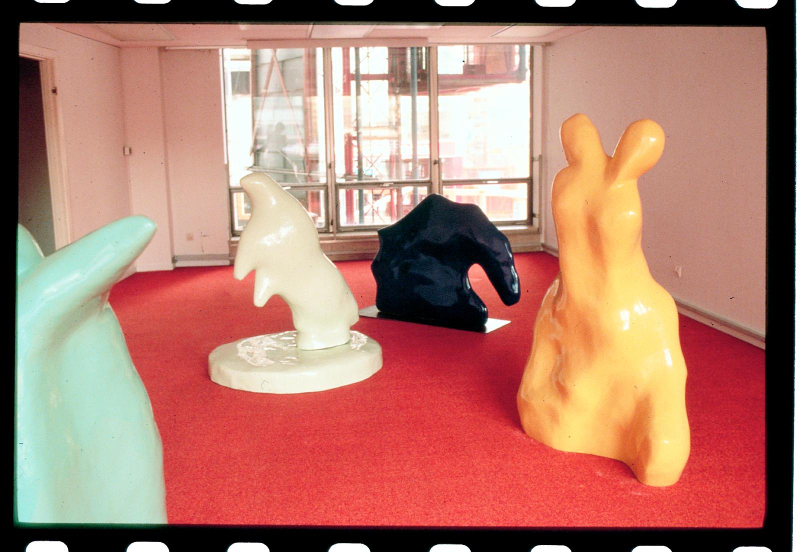 """Futurnitures utställning """"Formmuseet"""", i en tom hötorgsskrapa 1994. Foto: Okänd."""
