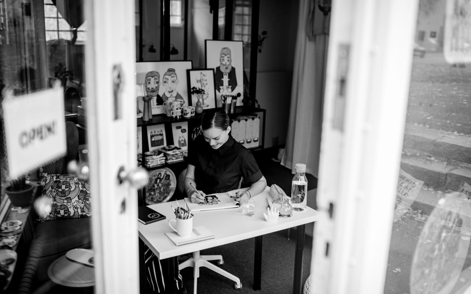 Karin Ohlsson i sin studio, som hon renoverat själv på Cedergrensvägen i Hägersten. Foto: Karin Lundin.