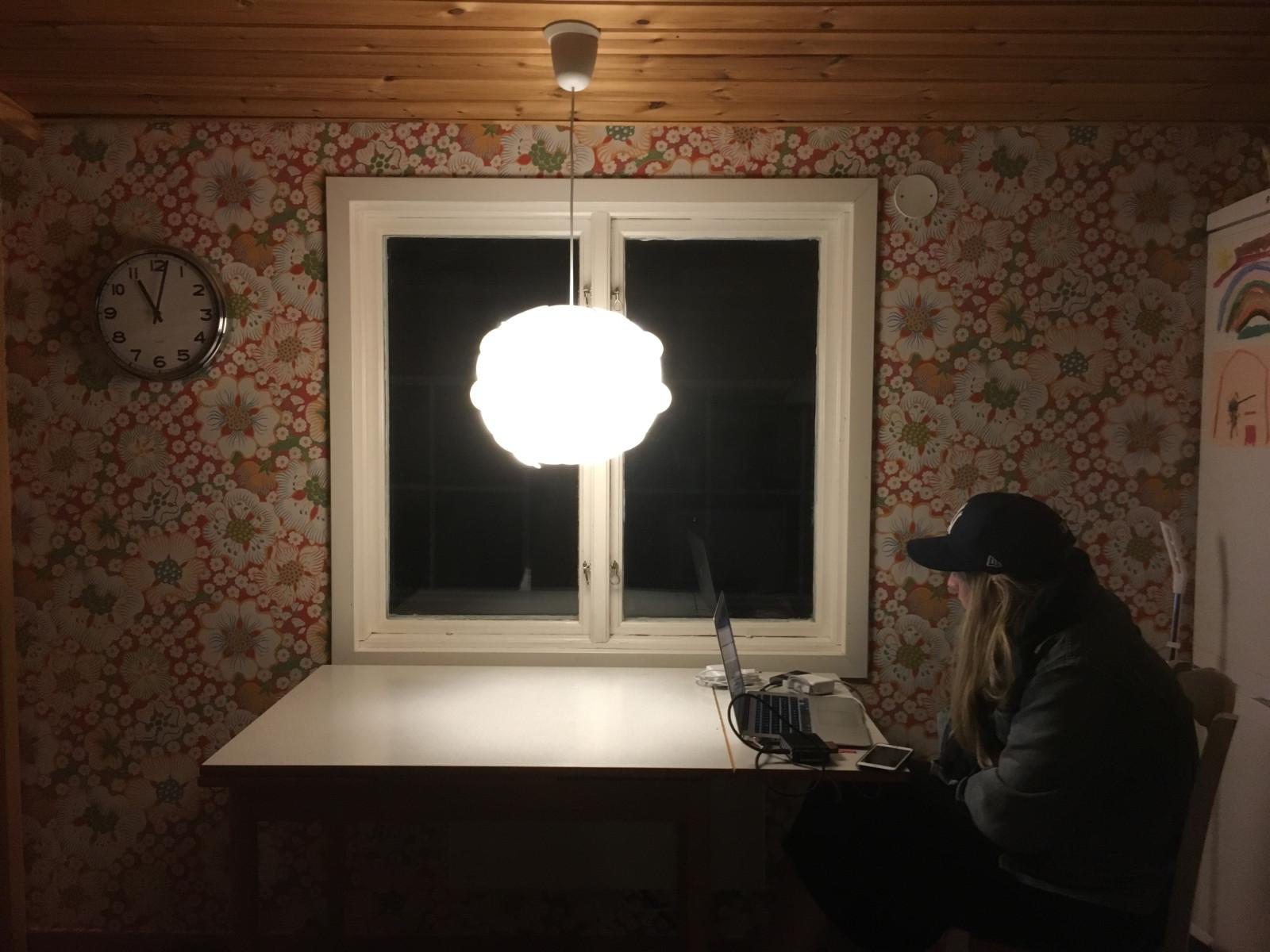 """Producenten Petra Krigström """"on location"""" i huset teamet använde för Honor the sound. Foto: Mats Udd."""