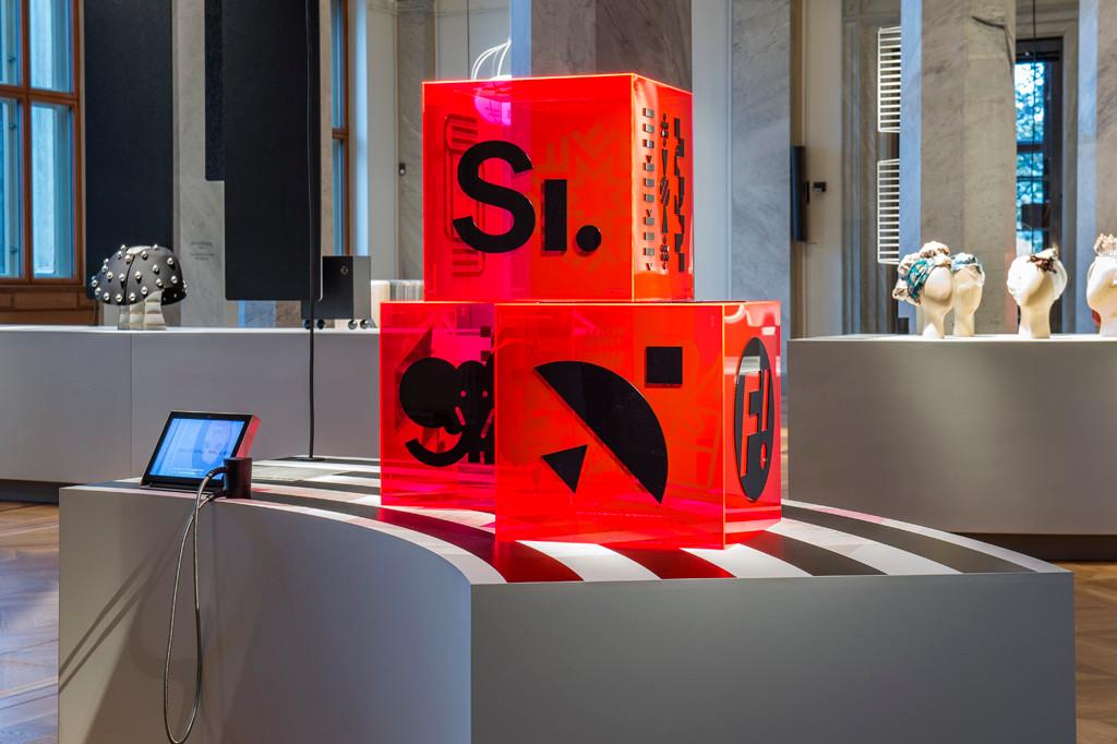 """De röda och svarta kuberna i akryl, på utställningen """"Design Stories"""" som nyinvigde Nationalmuseum 2018. Foto: Banker-Wessel."""
