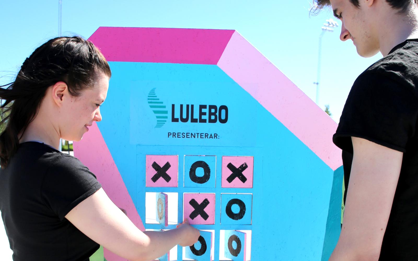 En sommar tillverkade Geektown ett brädspel i mänsklig storlek som Luleås invånare och besökare kunde ta del av. Spelet var byråns eget koncept som de förverkligade med hjälp av sponsorer. Foto: Geektown.