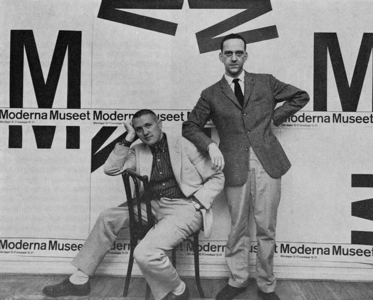 Grafiske formgivaren och reklammannen John Melin (1921–1992) och målaren, grafikern, tecknaren och reklamkonstnären Anders Österlin (926–2011) i duon Melin & Österlin (M&Ö), Moderna museet Malmö. Foto: Fotograf okänd, Creative Commons erkännande.