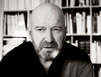 Formgivaren Lars Hall (1938–2018), som bland annat grundade byrån Hall & Cederquist, tillsammans med copywritern Jan Cederquist. Foto: Pressbild.