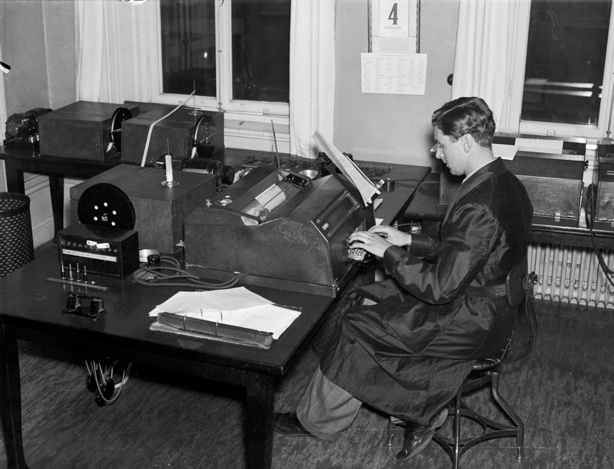 Tidningarnas Telegrambyrå AB (TT). Sändarrummet med apparatur där en man skriver på en teleprinter, 1939. Foto: Okänd (Aftonbladet).