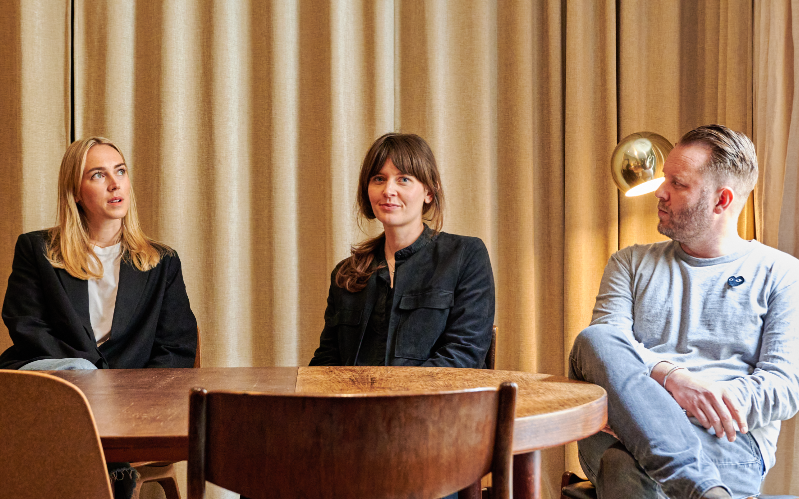 Projektgruppen som jobbar med Grammis på WDW Creative – Produktionsledaren Fanny Axelsson, projektledaren Camilla Heurlin och creative director Jon Bergsman, som också är en av de två grundarna av byrån. Foto: Lamin Kivelä.
